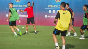 Gerard López dirige uno de los entrenamientos del Barça B en la pretemporada 2017/18