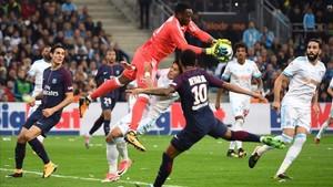Mandanda salta frente a Neymar, que sería expulsado, y ante la mirada de Cavani, el salvador final