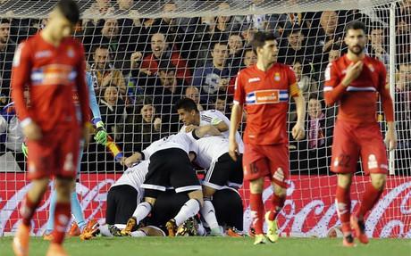 El Valencia remont� ante el Espanyol en un intenso choque