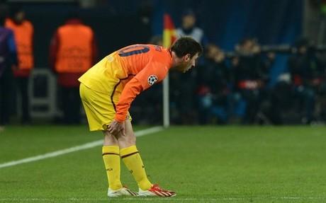 Leo Messi se duele de la lesión durante el PSG-Barça