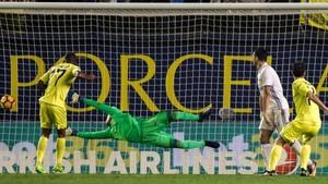 Con este remate marcó Manu Trigueros el primer gol del partido