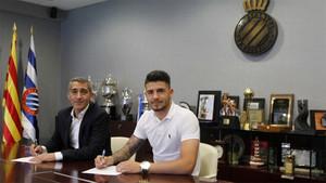 Pipa estampa su firma esta mañana en presencia del consejero delegado del Espanyol, Ramon Robert