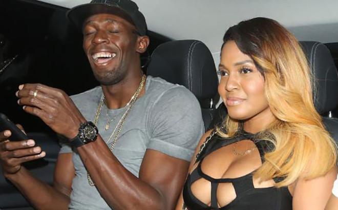 Usain Bolt sale del club nocturno londinense rodeado de mujeres