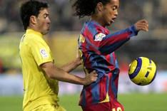 Javi Venta defenfiendo a Ronaldinho