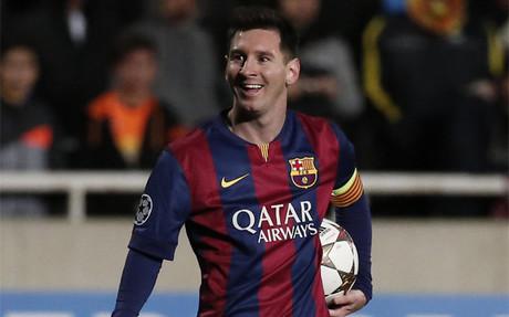 Leo Messi, al final del partido contra el APOEL con el bal�n de su 'hat trick'
