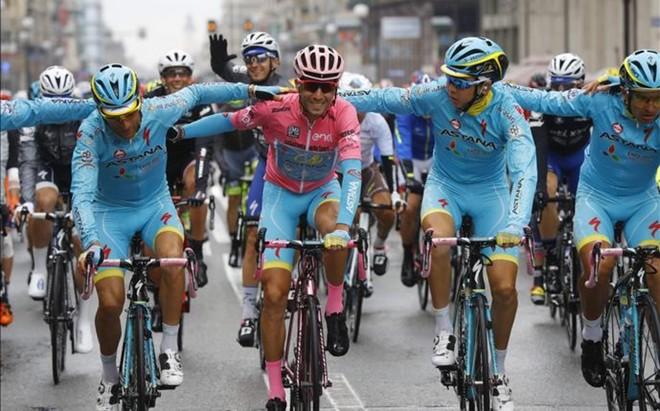 Nibali con su bicicleta y su maillot rosas celebra con sus compa�eros del Astana su victoria en el Giro