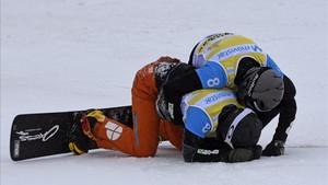 Lucas Eguibar, frustrado por su caída en la final de snowboardcross en Veysonnaz