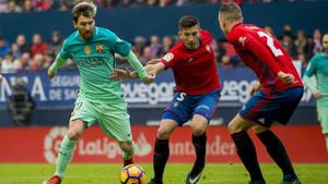 Leo Messi intenta superar a David García y Carlos Clerc en el Osasuna - Barça de la Liga 2016/17