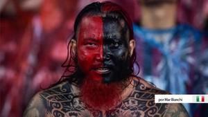 Un fan chino anima al Milan con sus colores pintados durante la gira