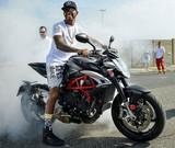 Lewis Hamilton en moto