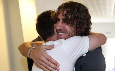 Puyol y Messi se funden en un emotivo abrazo