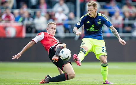 Toornstra (feyenoord) y Zimling (Ajax) disputan el bal�n durante el Feyenoord-Ajax