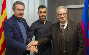 Alberto Perea (centro), con Pep Segura (primero por la izquierda) tras la firma de su contrato