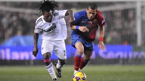 Royston Drenthe y Dani Alves disputan el balón en un momento del Real Madrid - Barça de la Liga 2008/09