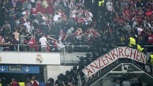 La afición del Bayern recibió duras cargas policiales en el Bernabéu