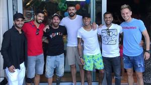 Neymar en su casa de Pedralbes con sus excompañeros del Barça