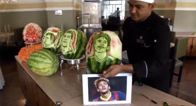 esculpen la cara de Messi Cristiano y Neymar en sandas