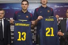 Los dos nuevos jugadores del Bar�a, Satoransky y Pleiss, flanqueados por Creus y Blad�