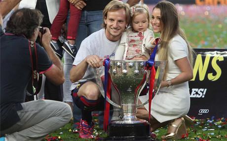Rakitic, posando junto a su pareja tras ganar la Liga