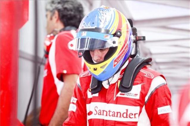 Alonso, resignado con su monoplaza Foto: EFE