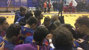 Piña azulgrana tras la victoria con el director deportivo, Txus Lahoz, al fondo