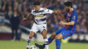 Mahmoud Dahoud, junto a André Gomes, en el pasado encuentro de Champions en el Camp Nou