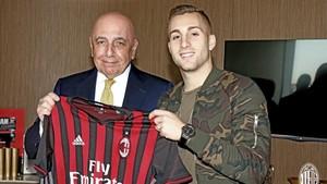 Deulofeu, junto a Galliani, vicepresidente del Milan, tras la firma del contrato de cesión