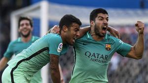 Luis Suárez y Rafinha celebraron el gol juntos