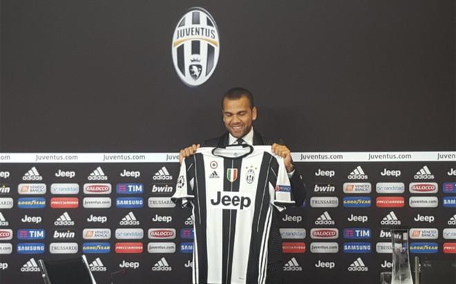 Dani Alves realiz� su primera rueda de prensa como jugador de la Juventus