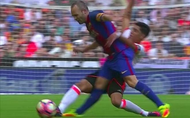 La entrada de Enzo lesion� a Iniesta