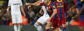 Un solitario gol de Ibrahimovic decidió el duelo de noviembre de 2009, en el que se ve a Iniesta disputando un balón con Cristiano Ronaldo ante la mirada de Messi y Pepe