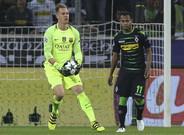 Marc-Andr� Ter Stegen ante Raffael durante el Borussia-Bar�a de la Champions 2016/17