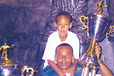 Neymar junto a su padre, levantando un trofeo en el Museo del Santos
