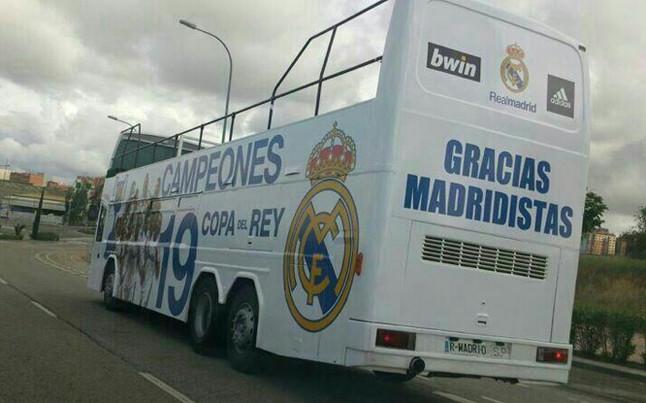 Autobus en el cual hubiera salido el Real Madrid a celebrar si hubiera conquistado la Copa del Rey | Foto: @beaa79