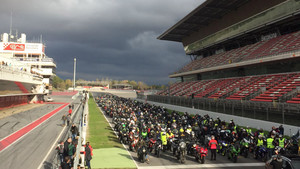 Más de mil moteros han homenajeado a Salom en el Circuit