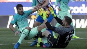 Suárez hace falta a Oblak antes de que el balón entre en la portería del Atlético