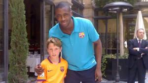 Un jovencito Juan Miranda con Yaya Touré en un desplazamiento del Barcelona a Sevilla