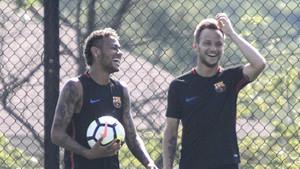 Neymar y Rakitic durante un entrenamiento del FC Barcelona en la gira por Estados Unidos del verano de 2017