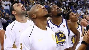 Pachulia, West y Durant observando la repetición que les dejó sin triunfo