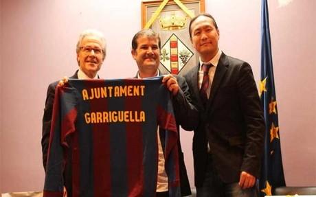 Dídac Lee y Ramon Alfonseda, con el alcalde de Garriguella