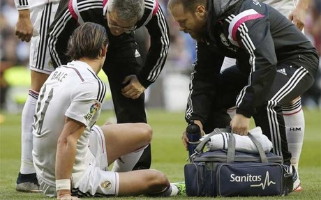 Gareth Bale es atendido por los m�dicos del Real Madrid en el inicio del partido contra el M�laga de la Liga BBVA 2014-15