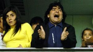Matadona y Gianinna, presenciando un partido de Boca en La Bombonera en 2005