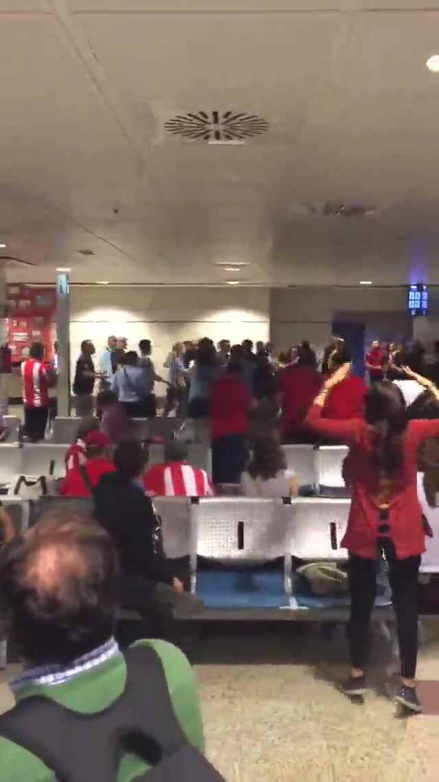 Pelea entre aficionados del Madrid y el Atl�tico antes de la final de la Champions