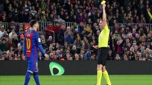 Hernández Hernández amonesta a Messi en el Barça - Valencia