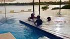 Messi y sus dos hijos Thiago y Mateo en la piscina