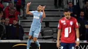 Falcao celebra uno de los dos goles que le marcó al Lille