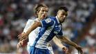 Javi Fuego, del Espanyol, forcejeando con el merengue Luka Modric