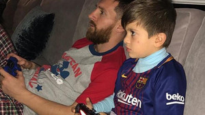 Leo Messi y su hijo Thiago jugando a la Play