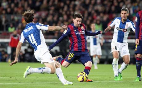 Messi, chutando con la derecha