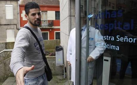 Nolito, a la entrada del centro m�dico en el que se someti� a las pruebas m�dicas que confirmaron su lesi�n